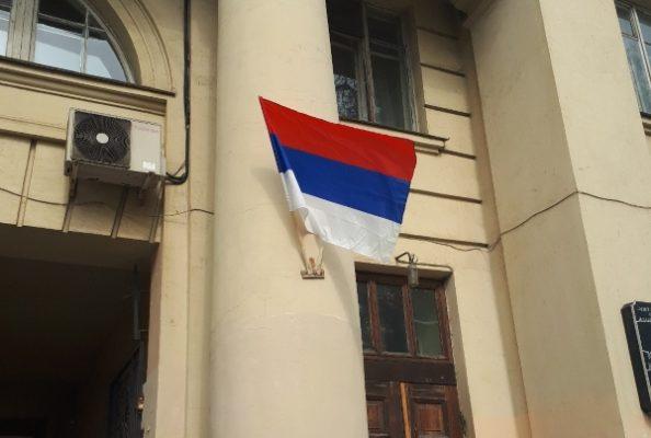На Васильевском острове чиновники опять перепутали флаги России и Сербии
