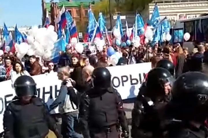 """В Питере ОМОН разогнал первомайское шествие за лозунг """"Путин не вечен"""" и """"Петербург против ЕДРА"""", десятки задержанных"""