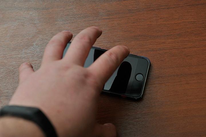 Житель Хакасии взял у посетительницы кафе смартфон и сбежал с ним