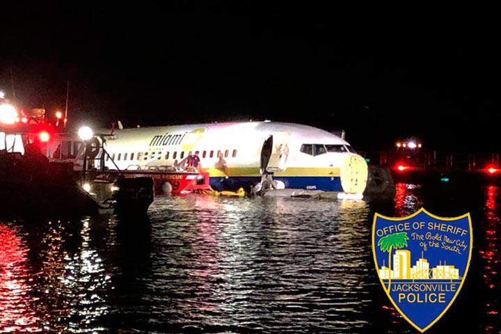 Летевший из Гуантанамо пассажирский Boeing съехал в реку во Флориде