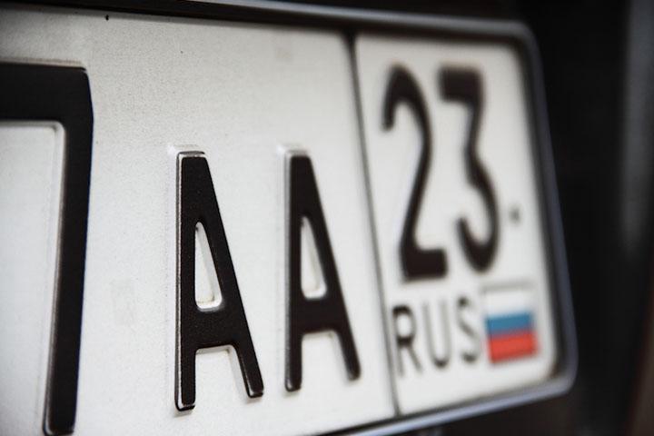 Инспектора ГИБДД Минусинска осудили за продажу автомобильного номера