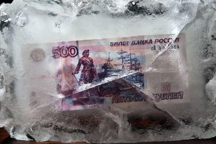 Пенсии россиян решили снова заморозить