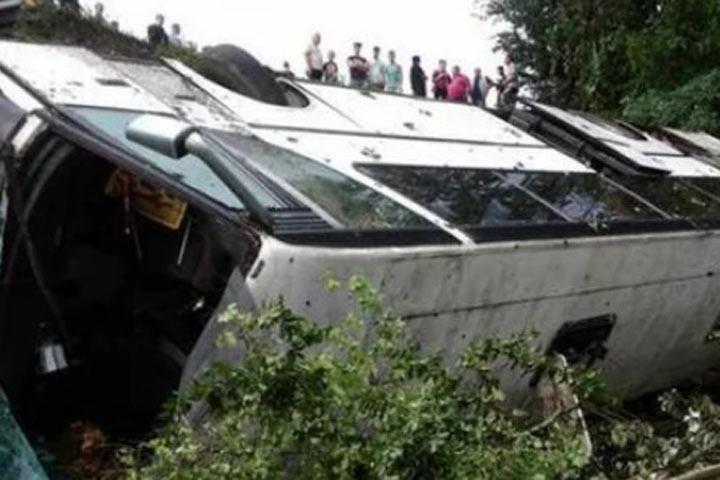 Экскурсионный автобус рухнул с обрыва: погибли дети