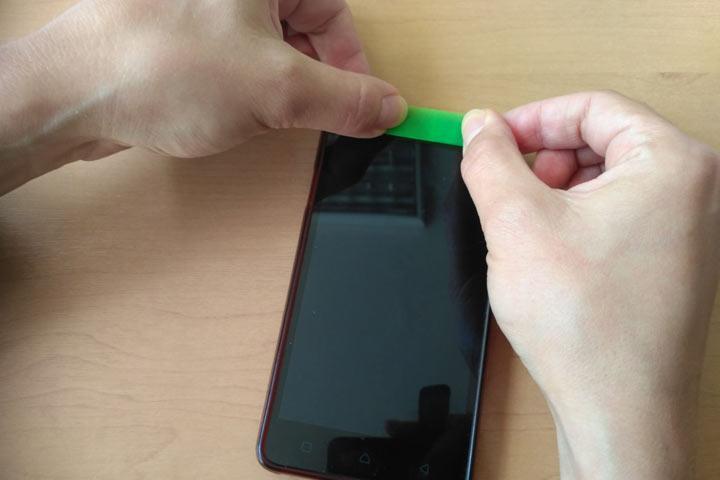 Россиянам посоветовали заклеивать камеры и микрофоны на смартфонах