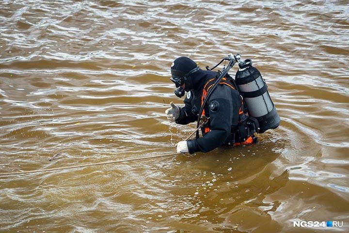 Водолазы обследуют дно Енисея в поисках пропавшего без вести