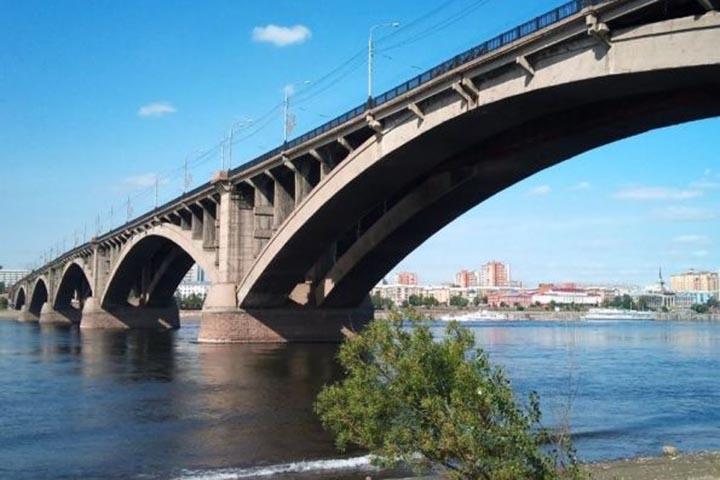 Мужчина упал с Коммунального моста и бесследно исчез