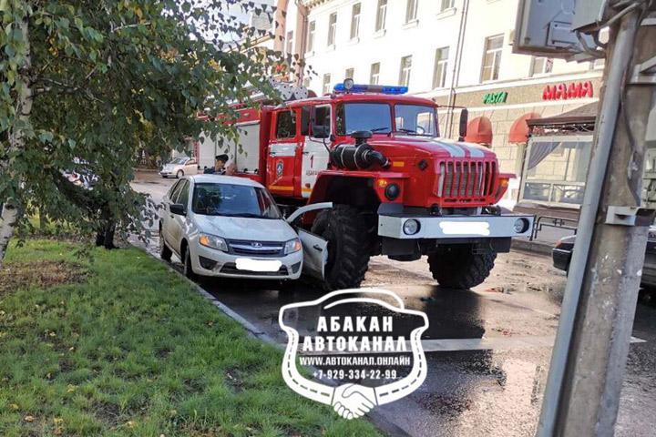 В Абакане пожарная машина снесла боковую дверь легковушке