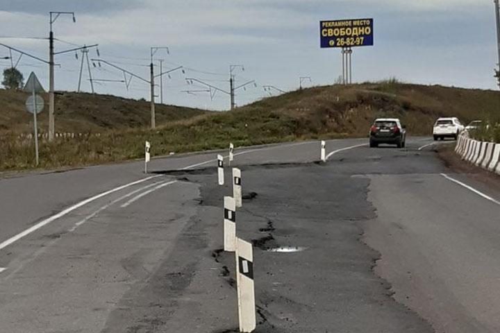 На трассе Абакан-Подсинее экстренно устраняют просадку асфальта