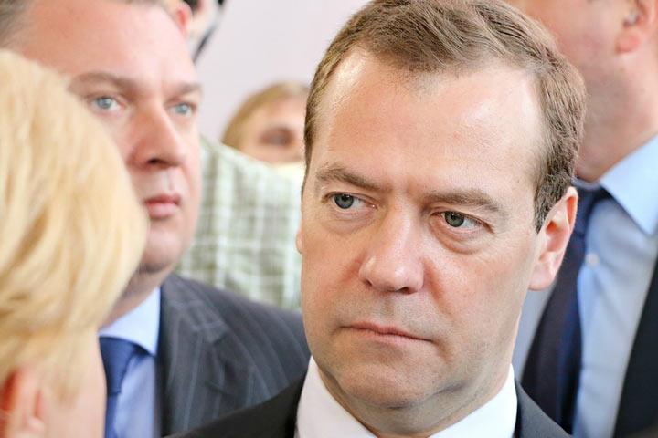 Нестареющий Медведев придумал, как усидеть до 70 лет, работая 4 дня