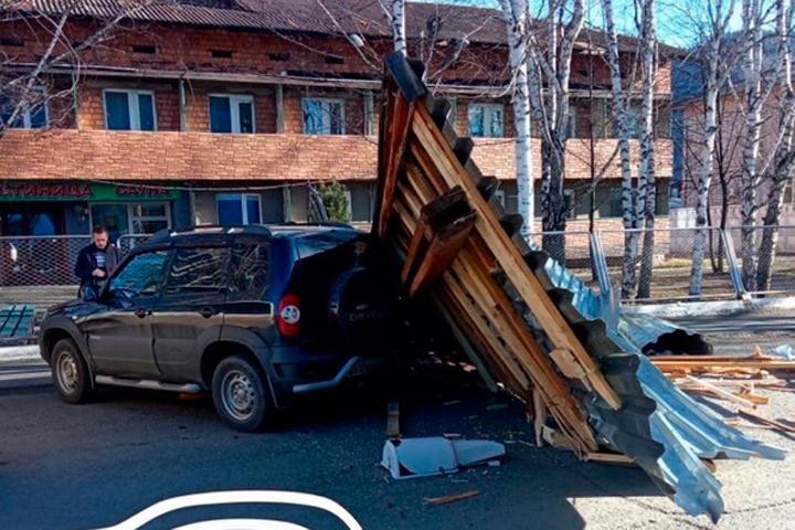 В Абазе деревянная конструкция обрушилась на автомобиль