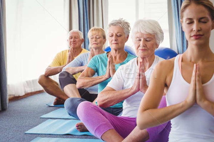 Врачи прописали пожилым людям с деменцией занятия йогой