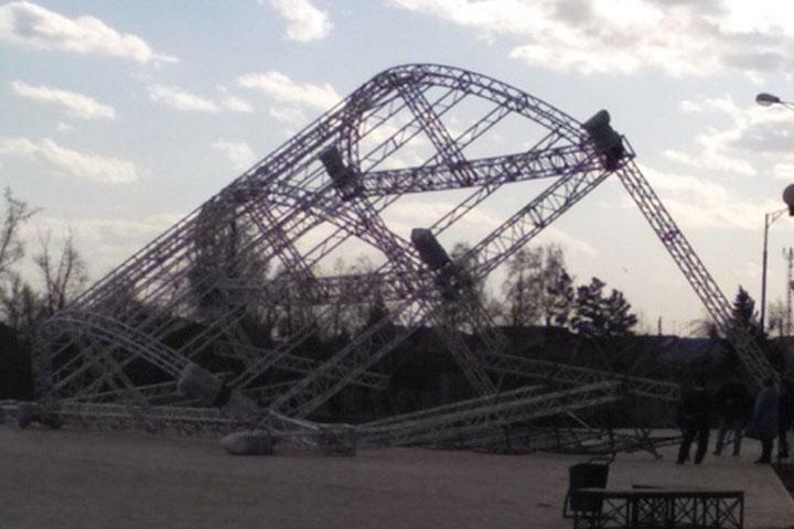 В парке Черногорска рухнула сцена