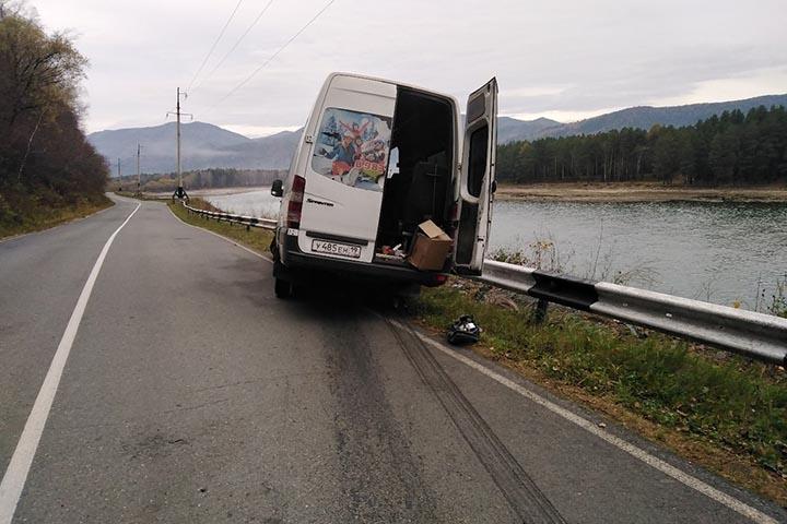 На трассе в Хакасии разбился маршрутный микроавтобус