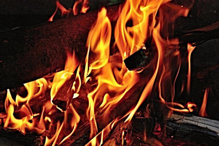 Утренний пожар в Хакасии тушили более двух часов