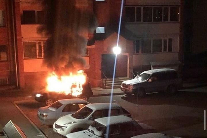 В столице Хакасии утром полыхал автомобиль