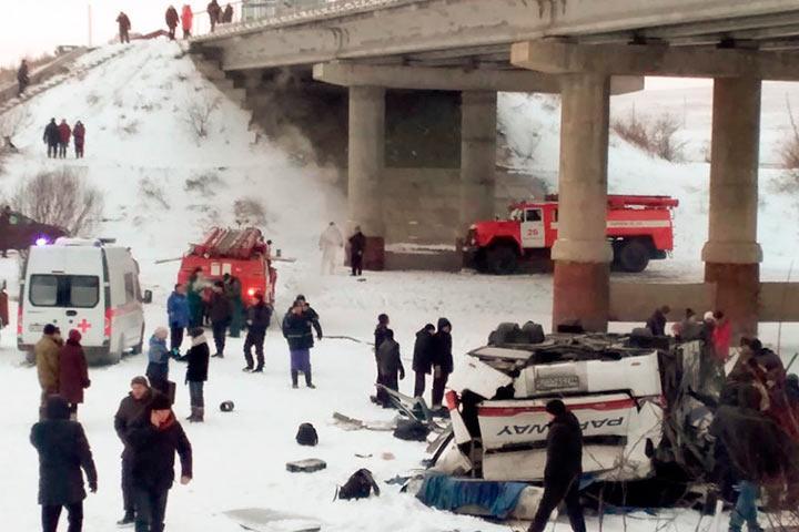 В Забайкалье автобус с пассажирами рухнул с моста на лед в реку: минимум 21 погибший