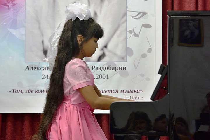 Ширинская школа по поручению президента получила пианино